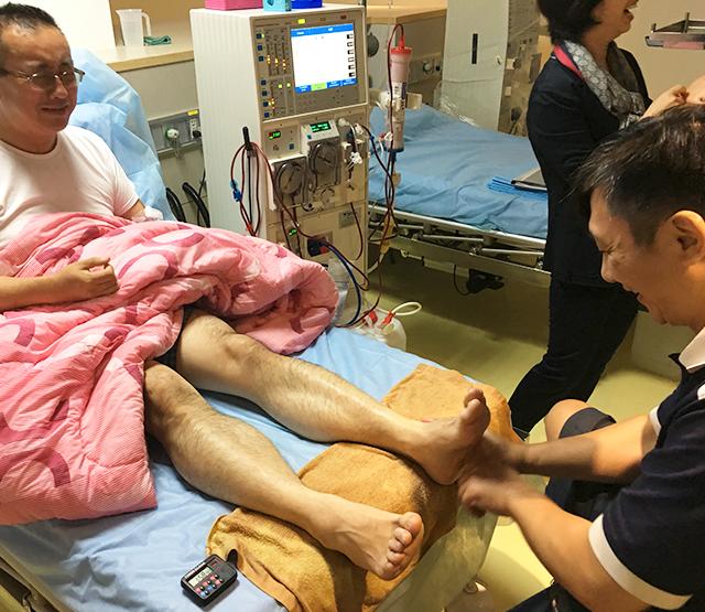 台湾の透析クリニックで台湾式足ツボマッサージ
